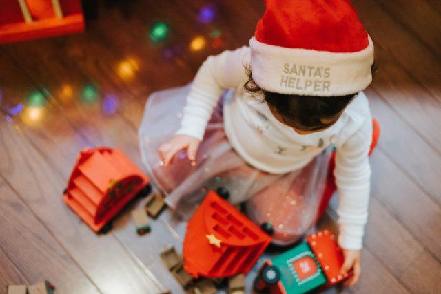 enfant noel sapin cadeau